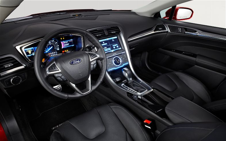 2013-Ford_Fusion-cockpit
